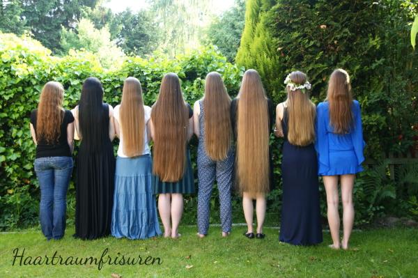 lange Haare in Haselnussblonds Garten