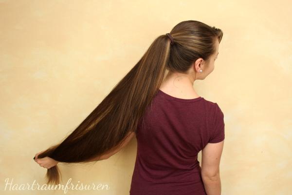 Pferdeschwanz mit knielangen Haaren